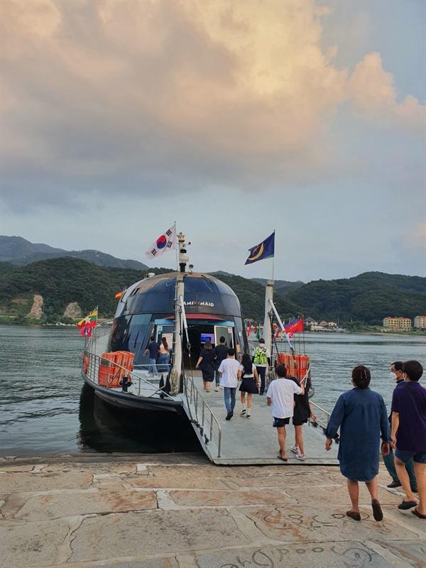 남이섬으로 가기 위해서는 배또는 짚라인을 통해야만 들어갈 수 있다. 섬이라는 위치를 이용해 나미나라라는 콘셉을 가지고 다른나라에 입국하는 듯한 모습을 연출하고 있다.