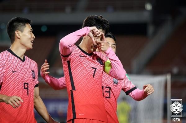 손흥민 한국 대표팀 주장 손흥민이 지난 7일 시리아와의 2022 카타르 월드컵 아시아 최종예선에서 결승골을 터뜨린 후 기뻐하고 있다.