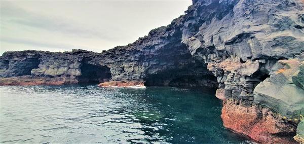 선착장 해안가에서 만난 해식동굴의 풍광이 압도적이다.