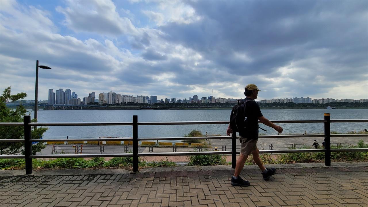 그는 도보여행가다. 섬, 산, 강, 우리나라 해안가 둘레길을 두루 걸었다. 걷기는 그에게 사유와 책으로도 이어진다.