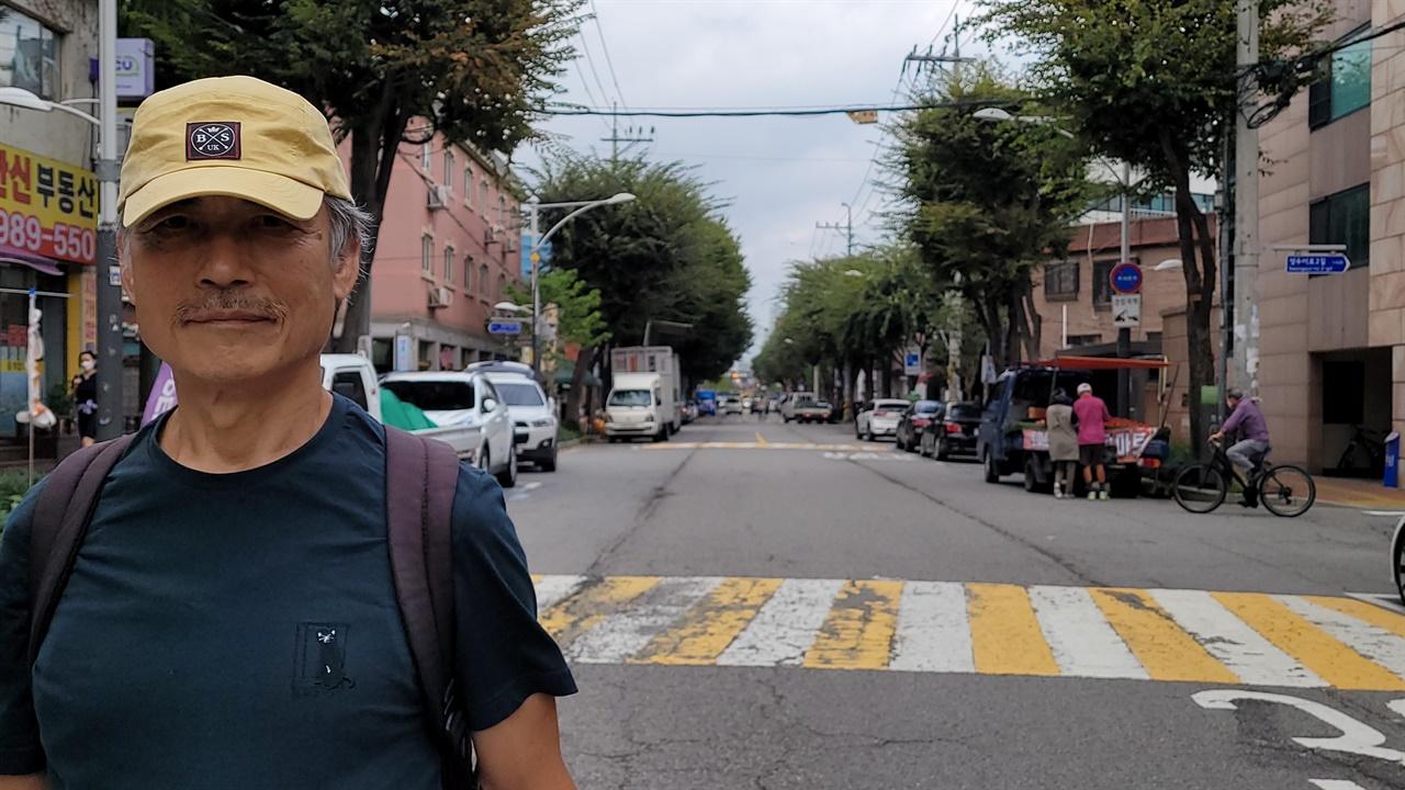 성수동을 걷고 있는 작가 이응석. 그는 매일 작은 배낭을 메고, 걷는 일을 반복한다.
