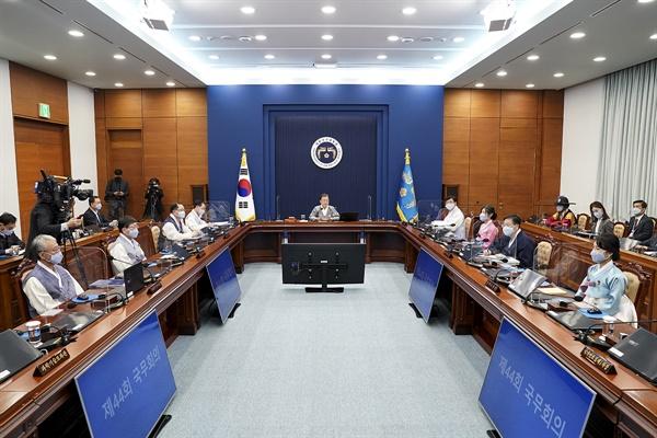 문재인 대통령이 12일 오전 청와대 여민관 영상회의실에서 열린 국무회의에서 가을 한복문화주간을 맞아 한복을 입고 참석하고 있다.