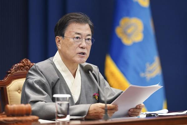 문재인 대통령이 12일 오전 청와대 여민관 영상회의실에서 열린 국무회의에서 가을 한복문화주간을 맞아 한복을 입고 발언을 하고 있다.