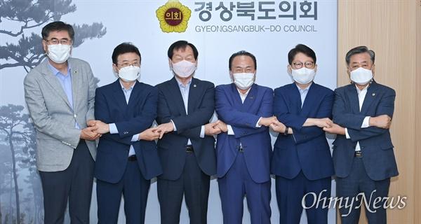 지난 8일 이철우 경북도지사와 권영진 대구시장, 김영만 군위군수가 경북도의회 의장단을 방문해 군위군 대구 편입에 대한 협조를 요청했다.
