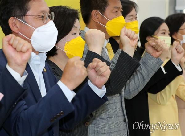 12일 오후 국회에서 열린 정의당 제20대 대통령선거 후보자 선출결과 발표 및 보고대회에서 대선 후보자로 선출된 심상정 의원(왼쪽에서 두 번째)이 당 지도부와 파이팅을 외치고 있다.