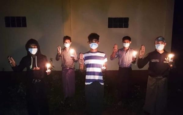 """11일 마그웨이주 낫넉 지역 젊은이들의 촛불 시위 """"독재는 물러가라"""""""