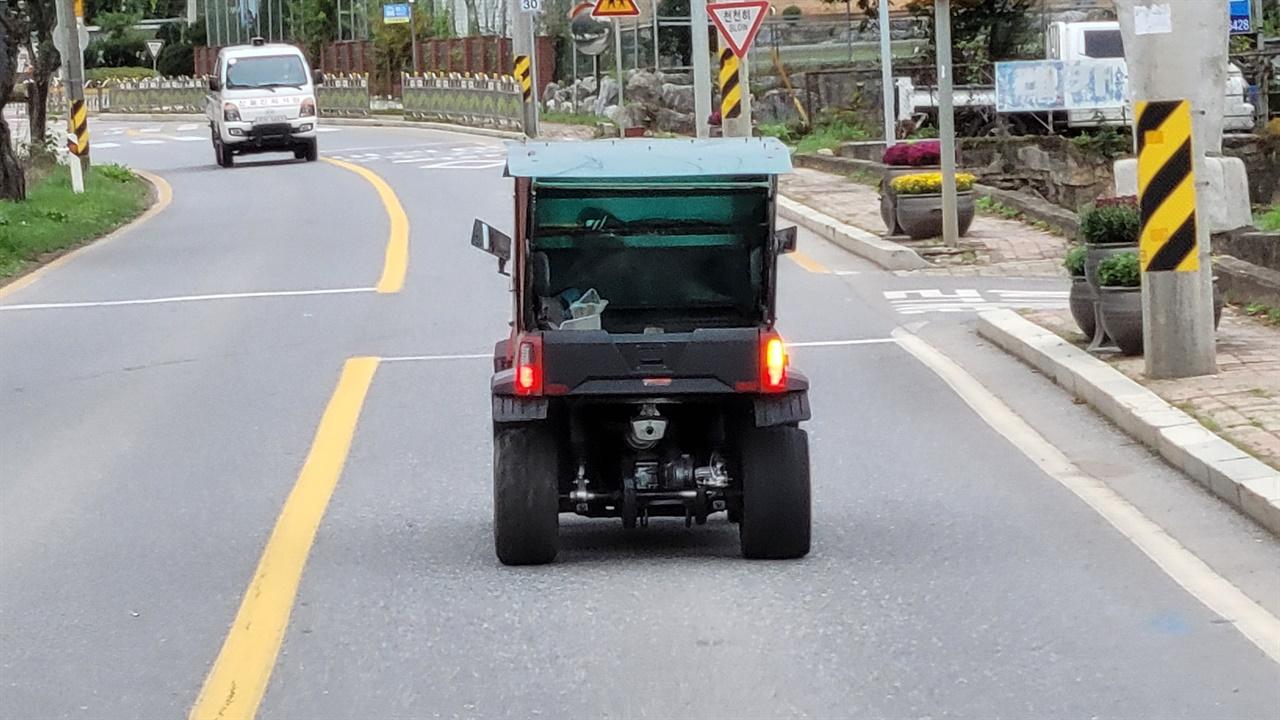 88번 국지도를 주행중인 '다목적 운반차'