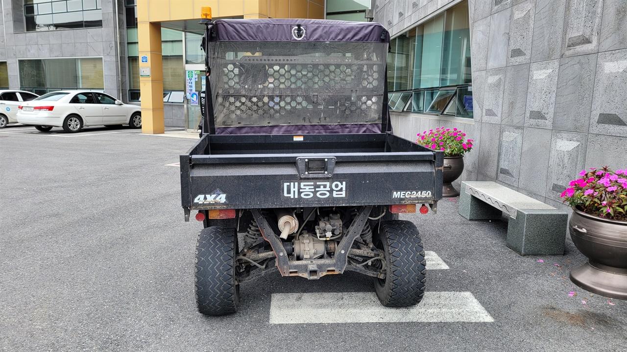 건물에 주차된 '다목적 운반차'