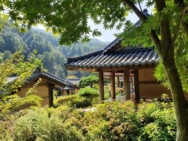 넓은 아침고요수목원의 구역마다 색다른 테마의 정원이 꾸며져 있다. 그 중 한옥과 한국식 정원이 재현되어 있는 한국정원은 많은 사람들이 방문하는 제일의 스폿이다.