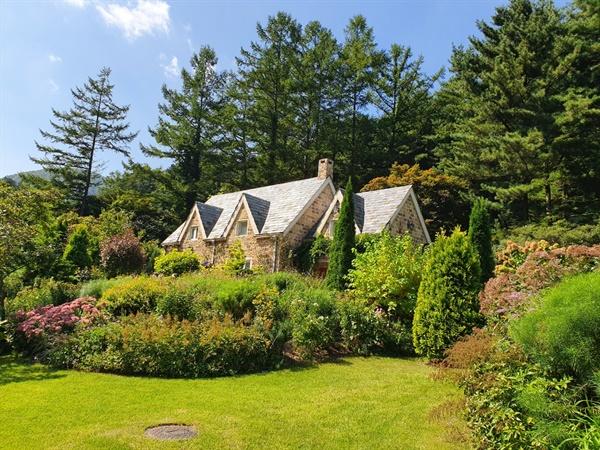영국 코티지 정원 양식의 오두막과 영국식 정원의 진수를 보여주는 곳으로 이국적인 풍경을 자아낸다.