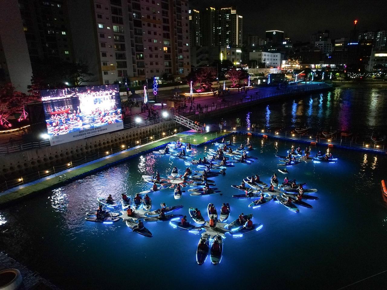 부산 수영구 광안리 해양레포츠센터에서 진행된 동네방네비프 상영. LED 패들보드를 타고 영화를 보는 특별한 관람이었다.