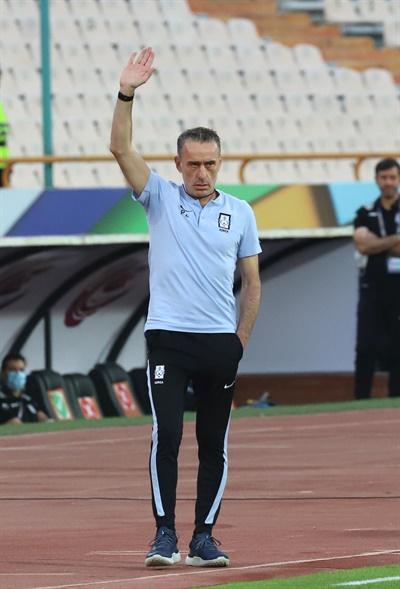 작전 지시하는 벤투 감독 12일(현지시간) 이란 테헤란 아자디 스타디움에서 열린 2022 카타르월드컵 아시아최종예선 A조 4차전 대한민국 대 이란의 경기. 벤투 감독이 작전 지시를 하고 있다.
