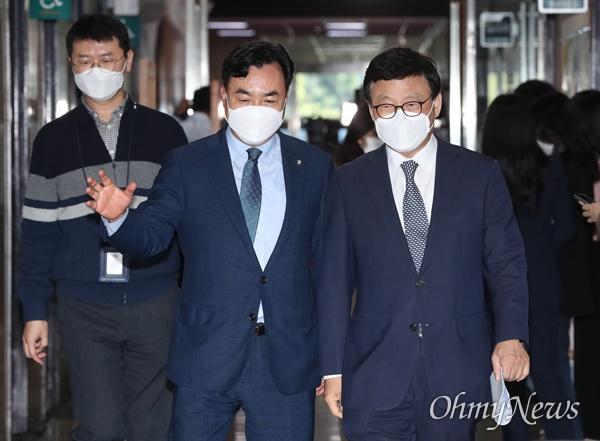 더불어민주당 박광온(오른쪽), 윤관석 의원이 13일 서울 여의도 국회에서 열린 비공개 당무위원회의에 참석하고 있다.
