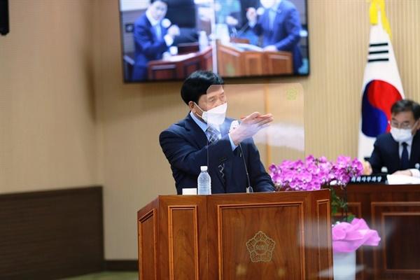 나인찬 의원이 13일 열린 제276회 청양군의회 임시회에서 김돈곤 군수에게 군정질문을 하고 있다.