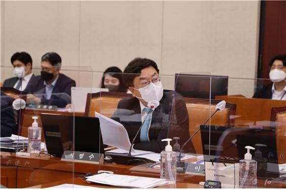 서범수 의원(울산 울주군, 행정안전위원회)이 13일 국회에서 열린 대구시 국정감사에서 권영진 대구시장에게 반구대 암각화 물문제와 관련한 질의를 하고 있다.