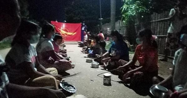 12일 밤 사가잉주 몽유와 지역의 한 마을에서 반독재 냄비시위