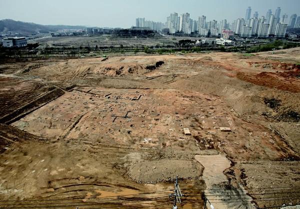 오산리 석불입상이 있던 곳에서 발견된 오산원 터.