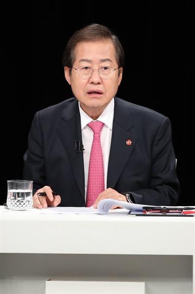 13일 오후 KBS 제주방송총국에서 열린 국민의힘 대선 경선 후보자 제주 토론회에서 홍준표 후보가 토론을 준비하고 있다.