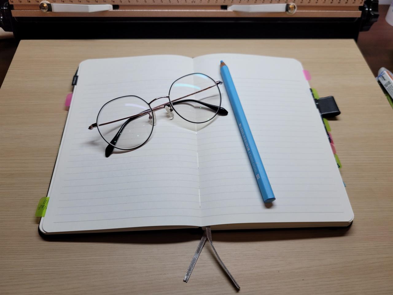 글쓰기 글쓰기를 시작한 지 7개월이 지난 어느날 문득 떠오르는 생각이  혹은 스쳐 지나가는 일들이 글을 쓰게 하는 소재가 되는 일이 생겼습니다. 그럴 때면 노트를 꺼내 몇 자 적어보곤 합니다.