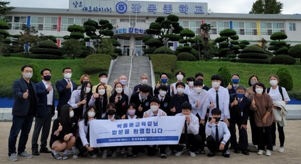 소수의 특성화 교육을 지향하는 장목중은 K팝 특성화중학교를 접목한 학교를 준비 중인 것으로 알려졌다.
