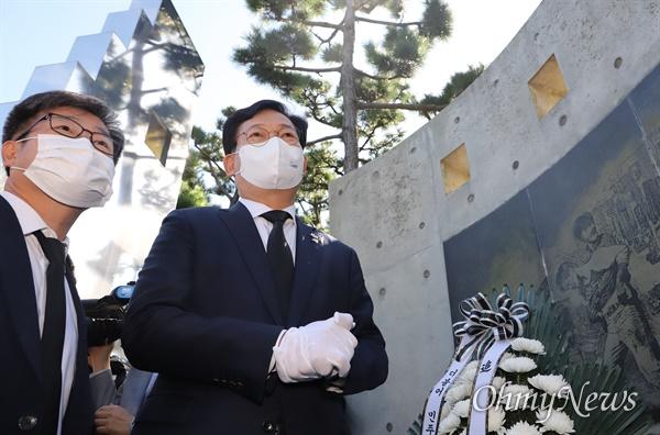 송영길 더불어민주당 대표가 14일 부산민주공원을 방문해 넋기림 마당에서 민주 열사를 향해 참배하고 있다.