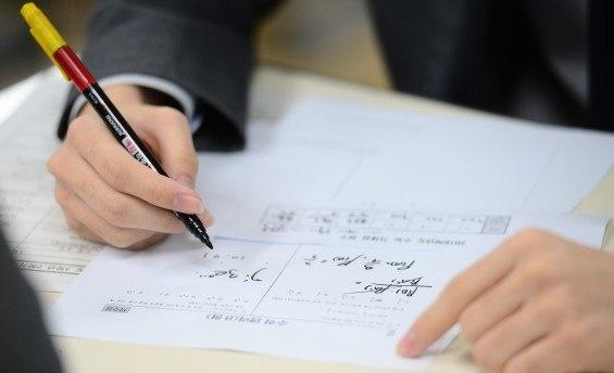 .중학교 내신 수학시험에서 교육과정을 벗어난 문제가 다수 출제되었다