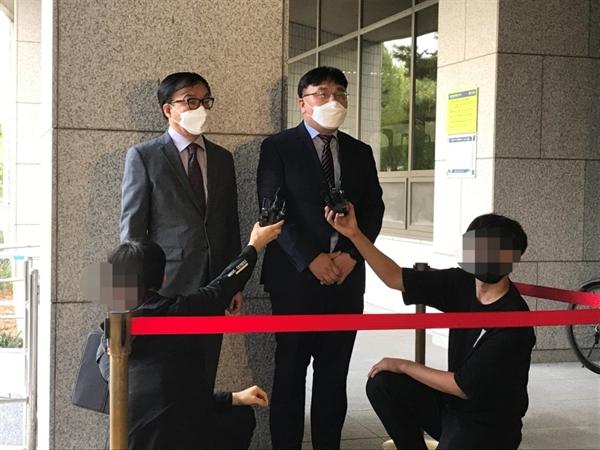 정찬희 변호사(왼쪽)와 더불어민주당 당원 김진석씨가 14일 오전 11시 서울남부지법 정문에서 민주당 대선 경선 후보 결정 효력 정치 가처분 신청을 알리는 기자회견을 열었다.