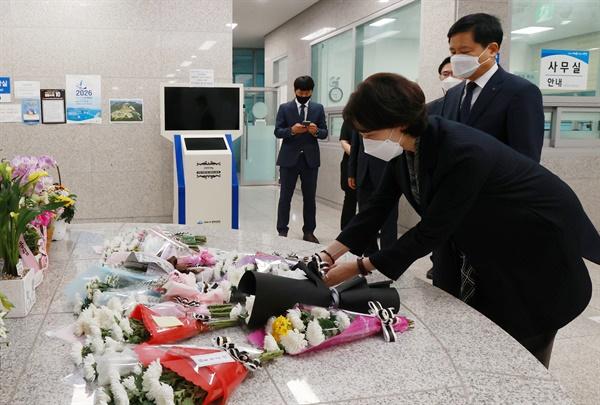 유은혜 교육부장관이 13일 전남 여수 추모의 집을 방문해 고 홍정운 학생을 추모하고 있다.