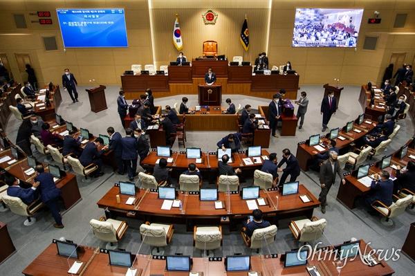 경북도의회는 14일 제326회 임시회 제2차 본회의를 열어 군위군 대구시 편입안에 대한 찬반 의견을 묻는 투표를 진행했다.