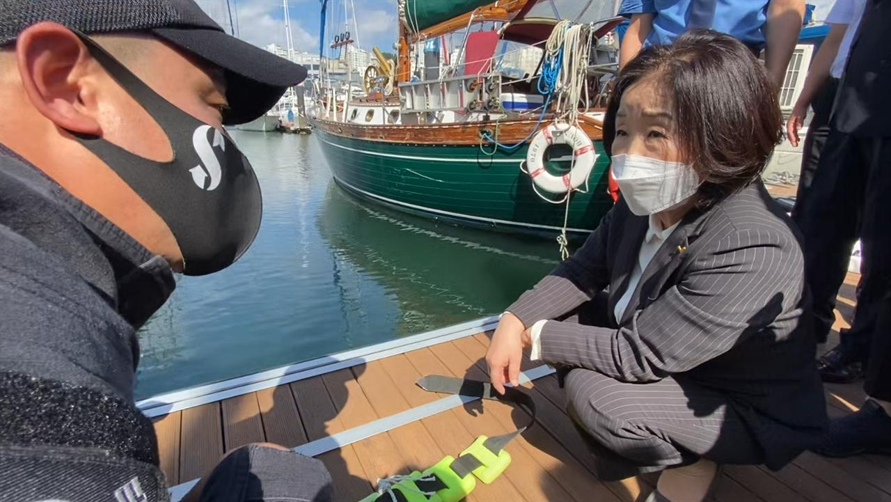 14일 사고현장인 여수 마리나요트장을 찾은 심상정 정의당 대선후보가 해경으로부터 잠수 장비 설명을 듣고 있다.