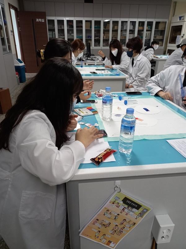혈액의 구성과 하는 일  성수여고 과학실에서 산림치유 프로그램 전 혈액의 구성과 하는 일 이론과 실습을 통해 보건의료 진로교육이 진행되고 잇다