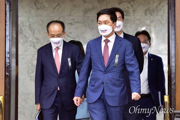 국민의힘 김기현 원내대표가 15일 국회에서 열린 국정감사 대책회의에 입장하고 있다.