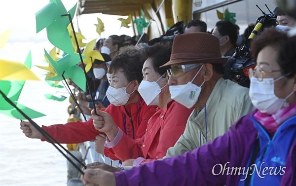 10월 14일 인천시 강화군 교동대교 인근에서 '강화 망향(望鄕)배'에 탑승한 실향민 등이 북녘을 바라보고 있다.