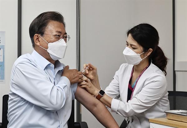 코로나19 백신 추가 접종하는 문 대통령 문재인 대통령이 15일 서울 국립중앙의료원 코로나19 중앙예방접종센터에서 코로나19 백신 추가 접종을 받고 있다. 2021.10.15