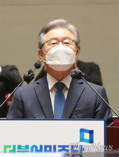 이재명 대선 후보가 15일 오전 서울 국회에서 열린 더불어민주당 의원총회에 참석해 발언하고 있다.