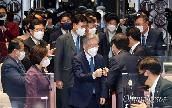 민주당 의총 참석한 이재명 이재명 대선 후보가 15일 오전 서울 여의도 국회 예결위회의장에서 열린 더불어민주당 의원총회에서 당 지도부와 함께 입장하고 있다.