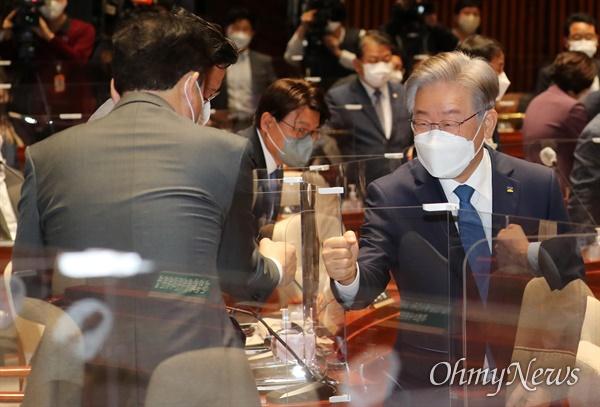 이재명 대선 후보가 15일 오전 서울 여의도 국회 예결위회의장에서 열린 더불어민주당 의원총회에 참석하며 의원들과 인사를 나누고 있다.