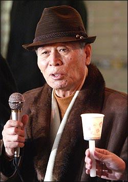 19일 저녁 <친일인명사전> 편찬 성금 5억 달성 기념 행사에서 조문기 민족문제연구소 이사장이 인사말을 통해 감사의 뜻을 전하고 있다.