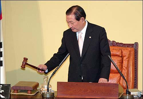 5일 밤 열린 17대 국회 첫 임시회 본회의에서  17대 국회 전반기 의장으로 선출된  김원기 의원이 첫 의사봉을 두드리고  있다.