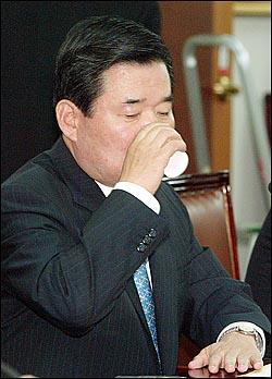 당정회의,김진표 20일 오전 여의도 민주당사에서 열린 조흥은행 관련 당정회의에서 김진표 재경부장관이 속이 타는듯 연신 물을 마시고 있다.