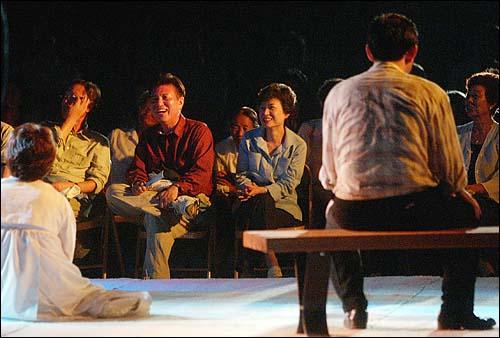 한나라당 의원들로 구성된 `극단 여의도`는 28일 저녁 전남 곡성 봉조리 농촌체험마을에서 `환생경제`를 창단기념으로 공연했다. 박근혜 대표와 김덕룡 원내대표가 웃으며 공연을 관람하고 있다.