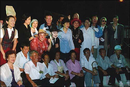 한나라당 의원들로 구성된 `극단 여의도`는 28일 저녁 전남 곡성 봉조리 농촌체험마을에서 `환생경제`를 창단기념으로 공연했다. 공연을 마치고 박근혜 대표와 배우, 주민들이 함께 기념촬영을 하고 있다.