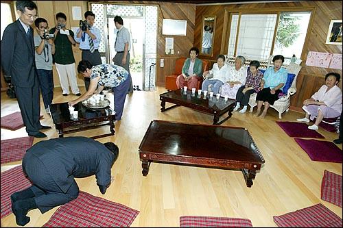 'MBC 100분 토론(지난 2일 방송)'에서 일제시대 정신대 발언으로 논란을 일으킨 이영훈 교수가 6일 오전 일본군 '위안부' 출신 할머니들이 생활하는 경기도 광주 나눔의 집을 사죄방문했다. 이영훈 교수가 '할머니들에게 예를 갖춰야 한다'며 큰절을 하고 있다.