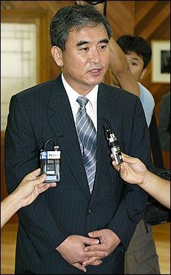 'MBC 100분 토론(지난 2일 방송)'에서 일제시대 정신대 발언으로 논란을 일으킨 이영훈 교수가 6일 오전 일본군 '위안부' 출신 할머니들이 생활하는 경기도 광주 나눔의 집을 사죄방문했다.