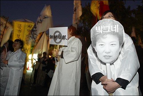 '국가보안법 행복한 장례식' 행사가 15일 오후 서울 대학로 마로니에 공원에서 300여명의 서총련 소속 대학생들이 참석한 가운데 열렸다. 대학생들이 박근혜 한나라당 대표와 조선일보를 국가보안법 장례식의 '상주'로 풍자하고 있다.