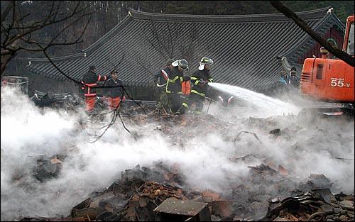 강원도 양양군 일대에 발생한 대형 산불로 인해 큰 피해를 입은 낙산사 경내에서 6일 오전 소방관과 군인들이 잔해 정리 작업을 하고 있다.