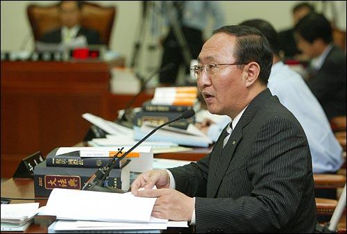 'X-파일` 녹취록 내용중 삼성으로부터 소위 `떡값`을 받았던 검사 7명의 실명을 공개한 노회찬 민주노동당 의원이 18일 국회 법사위원회에서 질의하고 있다.