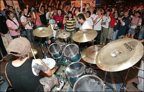 펑크밴드 노브레인(No-brain)이 9일 저녁 홍대 앞 놀이터에서 열린 전태일 거리만들기 특별공연에서 흥겨운 무대를 선보이고 있다.