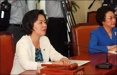 6일 오전 국회에서 열린 한나라당 최고위원주요당직자 연석회의에서  김영선 대표가 북한 미사일 발사 대응방안 등 현안을 논의하고 있다.