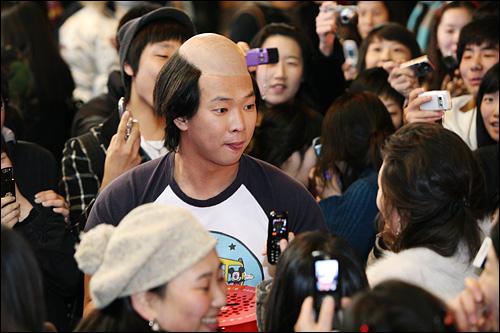 1일 구세군 자선냄비 모금활동을 지원하기 위해 서울 명동에서 열린 '마빡이 플래시 몹'에서 '갈빡이' 박준형씨가 구세군 자선냄비를 들고 거리에서 모금활동을 하고 있다.